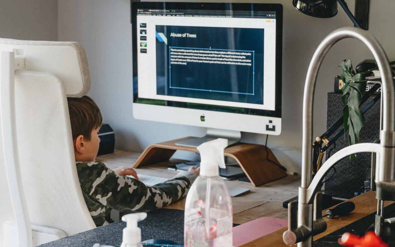 リビングのパソコンを操作する子供