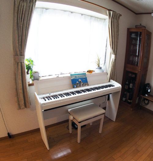 KOLGの白い電子ピアノが置いてあるリビング