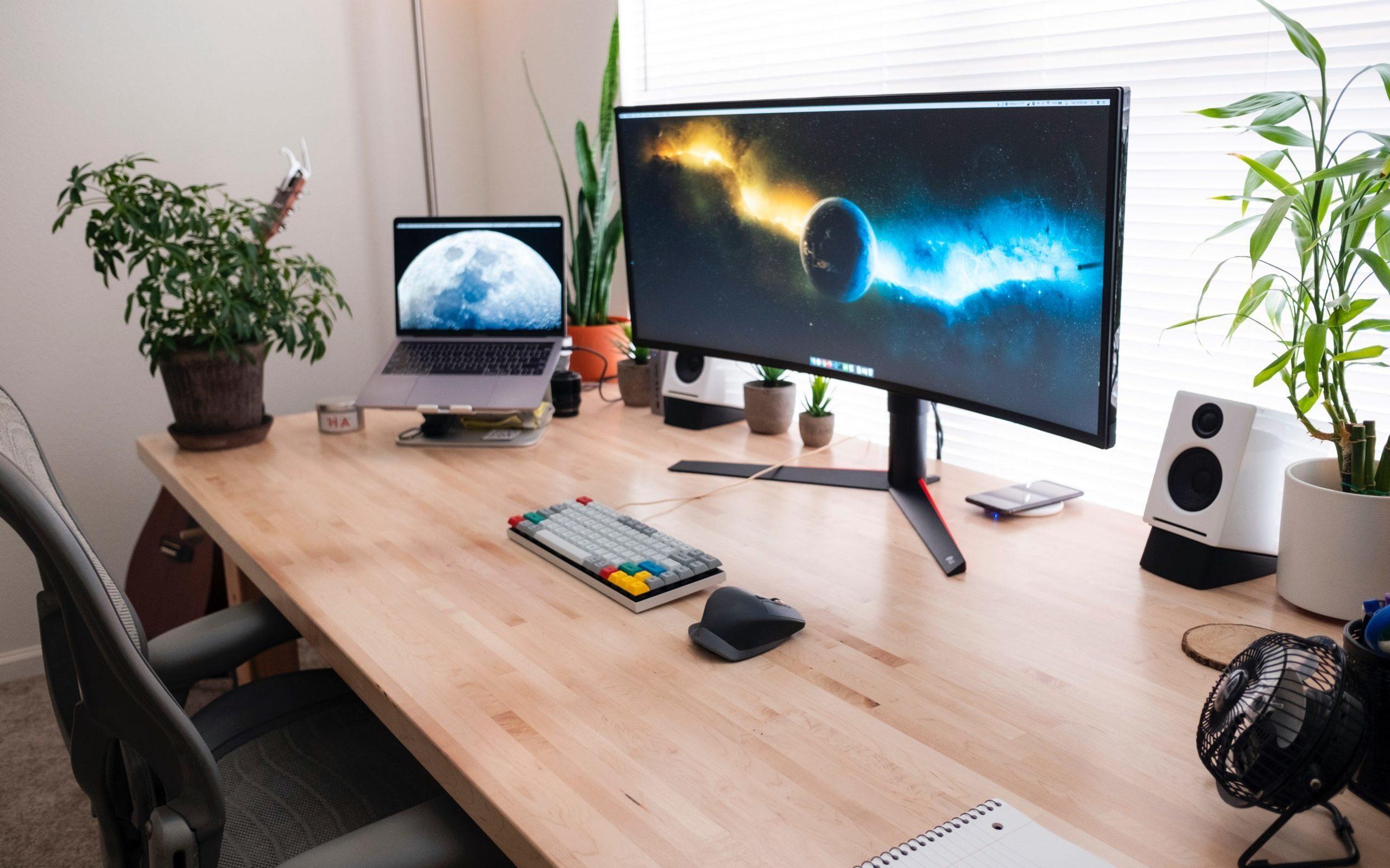 パソコンディスプレイのある机