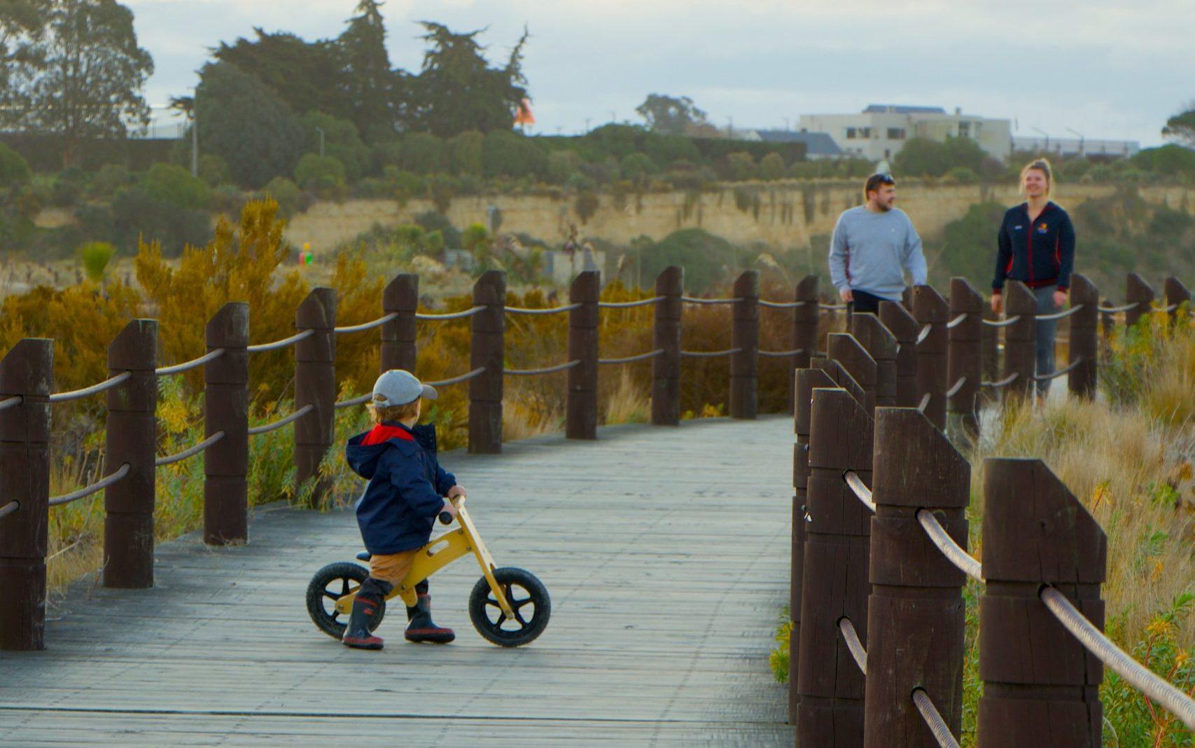 キックバイクに乗る子ども