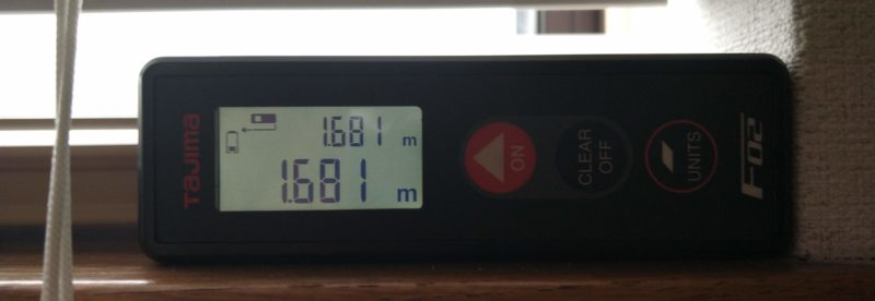 窓枠の大きさをレーザーで測る