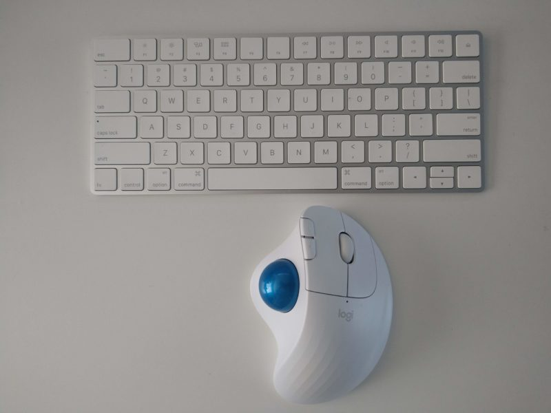 whiteで揃えたキーボードとマウス