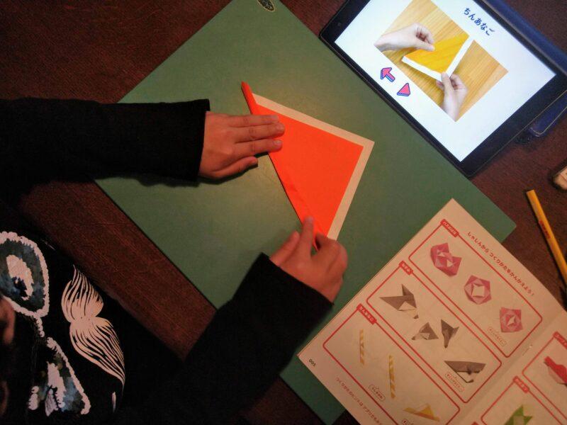 折り紙ちんあなごに取り組む子ども