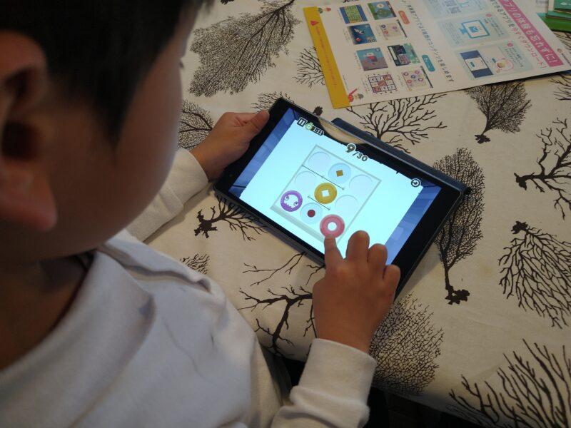 体験アプリをする子ども